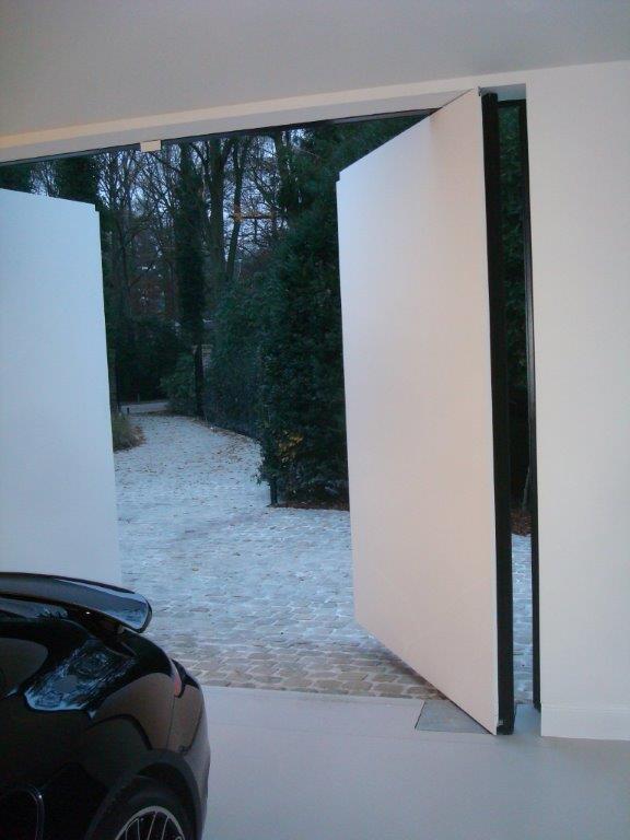 mooie toepassing van ground610 of ground 624 op een pivoterende garagedeur: een realisatie van mattelé alain